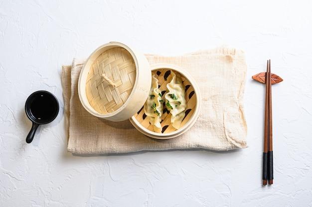 Piroscafo in bambù di snack con gnocchi di gyoza giapponese