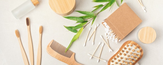 Articoli da toeletta in bambù. etica, sostenibile, zero sprechi, nessuna idea di stile di vita in plastica. vista dall'alto, mockup piatto