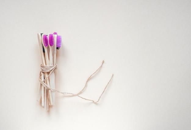 Denti di bambù spazzolati legati con corda di juta