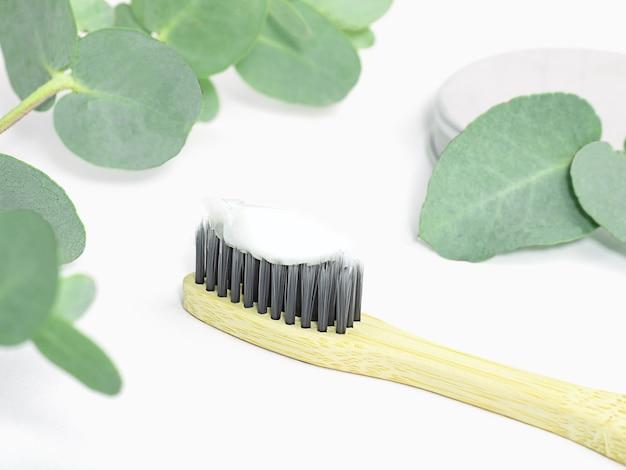 Spazzolino da denti in bambù foto stock