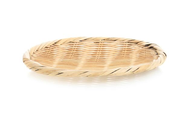 Vassoio di bambù isolato su bianco.