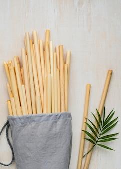 Cannucce in tubo di bambù in un sacchetto