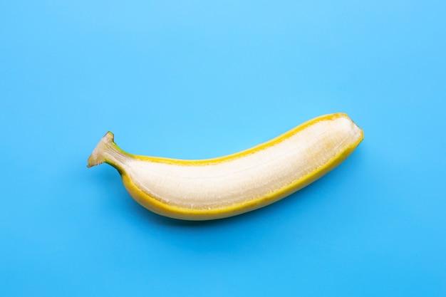 Banana su sfondo blu. copia spazio