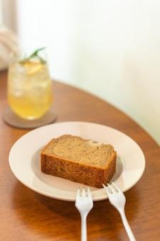 Torta alla banana sul piatto nel ristorante caffetteria - punto di messa a fuoco selettiva morbido
