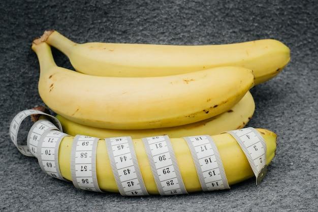 Banana e metro a nastro.