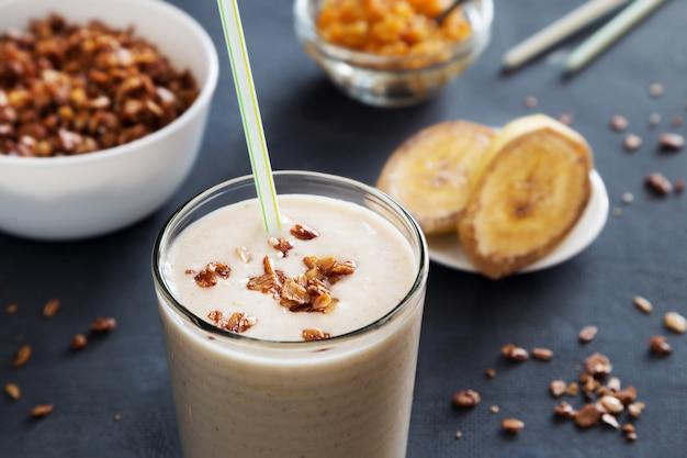 Milkshake di banana con paglia e muesli