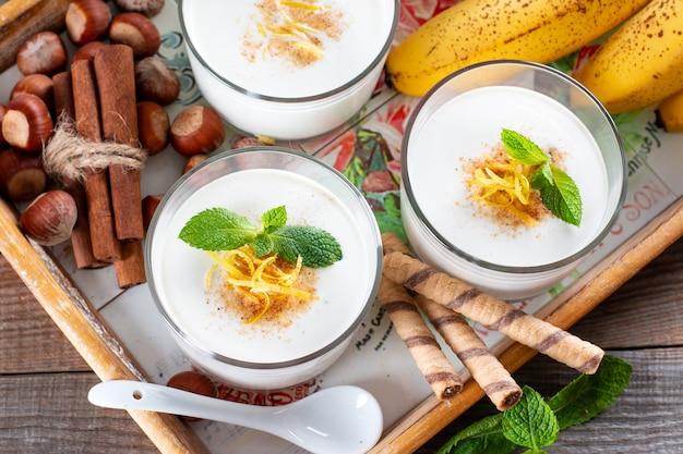 Mousse di banana (budino) per un sano dessert vegetariano in vetro. budino alla banana per colazione