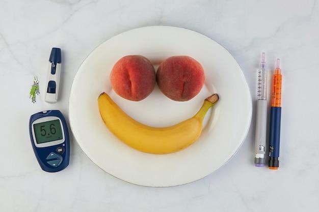Banana e pesche a forma di faccina felice