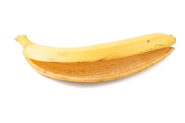 Buccia di banana isolata sulla superficie bianca