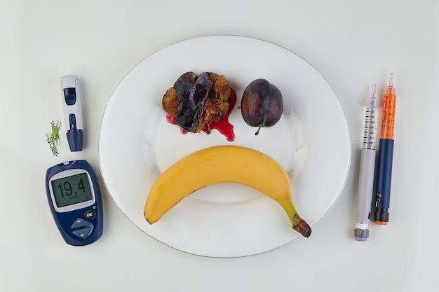 Banana e prugne a forma di faccina triste