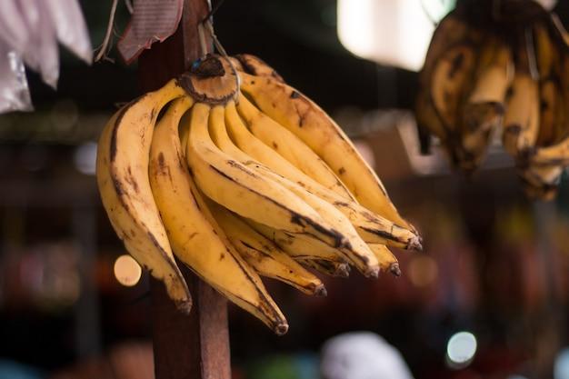 Banana da vendere al fuoco selettivo giusto Foto Premium