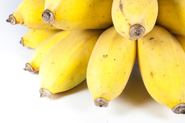 Banana su sfondo bianco.