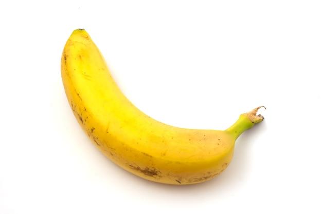 Banana con macchie nere isolate su sfondo bianco. banana troppo matura.