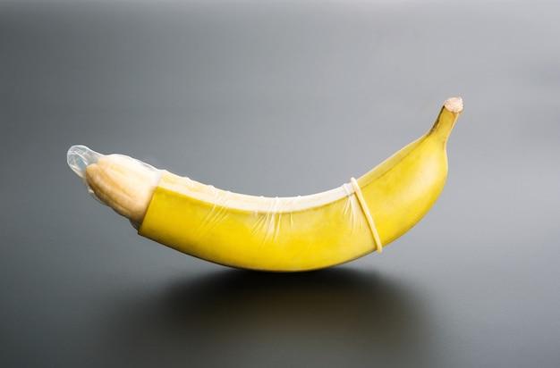 Banana con preservativo