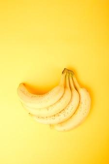 Banana su sfondo di carta gialla.