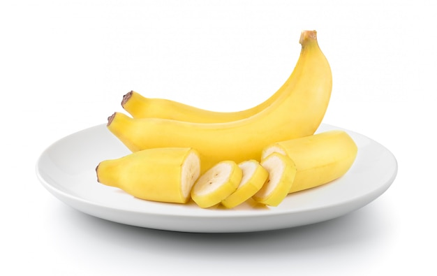 Banane in un piatto isolato su uno sfondo bianco