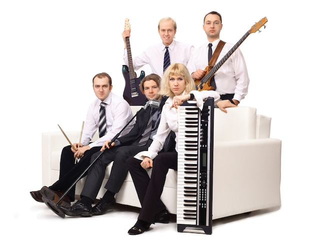 Banda di musicisti con strumenti. isolato su sfondo bianco foto con copia spazio