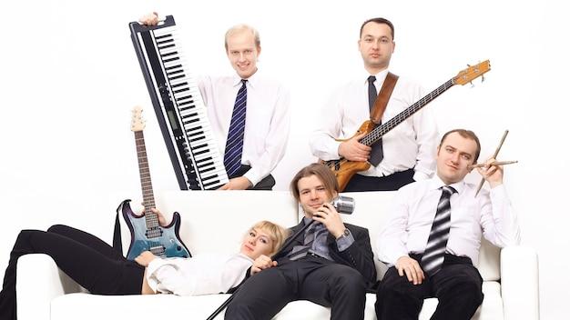 Banda di musicisti con strumenti isolati su sfondo bianco