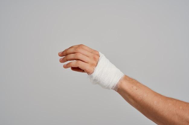Ospedale di medicina per lesioni del primo piano della mano fasciata