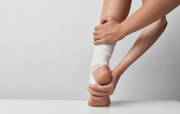 Problemi di sfondo grigio medicina ferita alla gamba fasciata