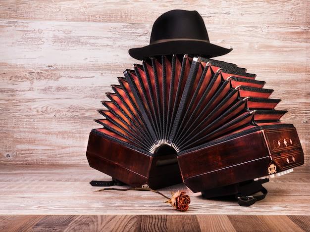 Bandoneon, strumento di tango e una capanna