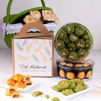 Bandung, indonesia, 02102019: vari pacchetti di biscotti lebaran su sfondo bianco. copia spazio per il testo. hantaran kue kering lebaran concept