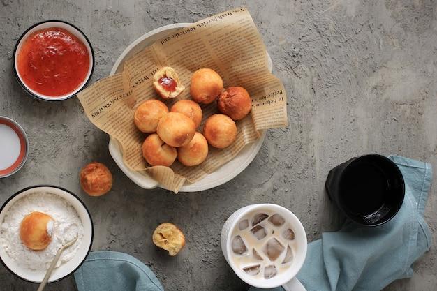 Bandung, indonesia, 09262020: pane fritto indonesiano chiamato roti/kue bantal/mini bomboloni con confettura di fragole o famoso nome odading, messa a fuoco selezionata.