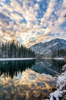 Parco nazionale di banff bellissimo scenario in inverno al tramonto mount norquay con nuvole colorate