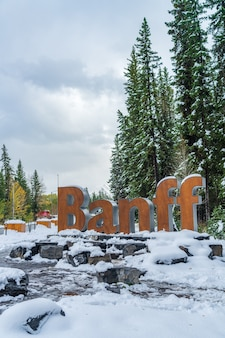 Città di banff accedi in inverno nevoso. parco nazionale di banff, montagne rocciose canadesi. banff, canada