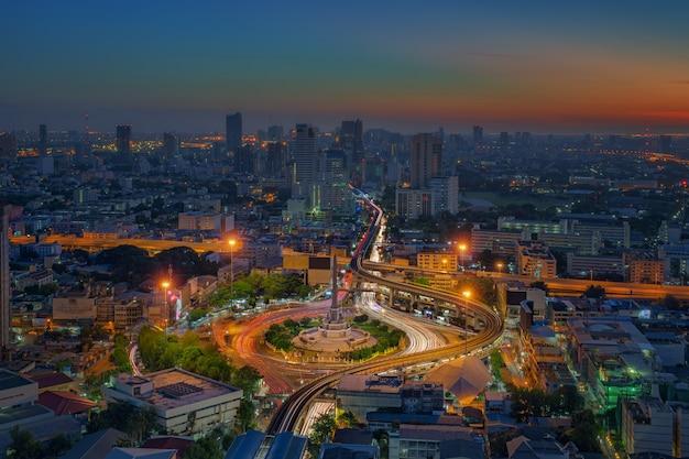 Vista notturna della città di bangkok con la strada principale del traffico principale