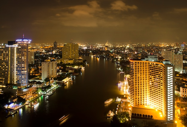 Vista di notte della città di bangkok con il fiume, tailandia
