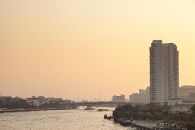 Bangkok città e fiume in serata.