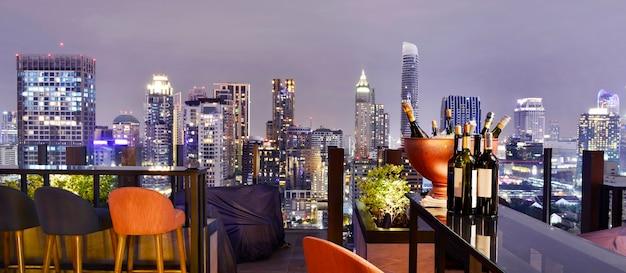 Punto di vista della città di bangkok dal bar sul tetto, con vista su una magnifica luce della città del paesaggio urbano