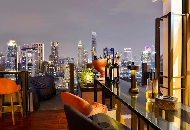 Punto di vista della città di bangkok dal bar sul tetto che si affaccia su un magnifico paesaggio urbano