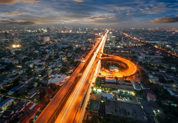 Vista della città di bangkok con traffico