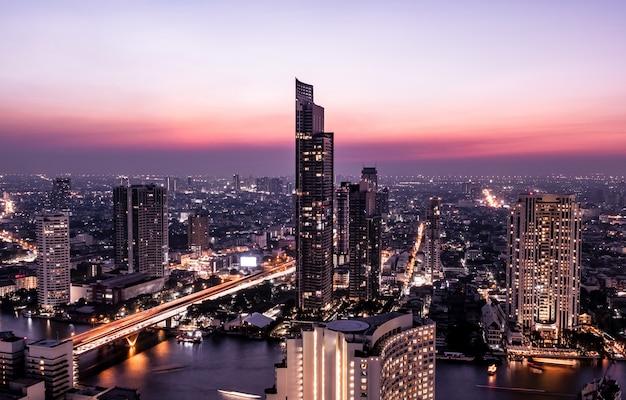 Vista di mezzanotte del paesaggio urbano di bangkok