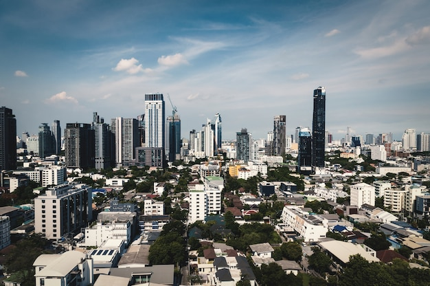 Paesaggio urbano di bangkok con cielo blu