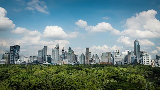 Paesaggio urbano di bangkok con parco e cielo