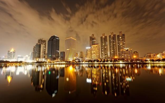 Bangkok di sera, riflesso di edifici nell'acqua
