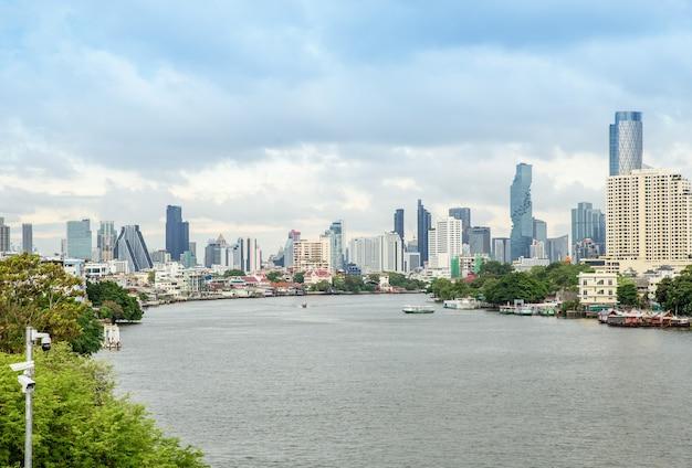 Bangkok / thailandia - 7 luglio 2020: vista dal chao phraya sky park, il fiume chao phraya vicino al ponte phra pokklao a, thonburi, bangkok, thailandia. uno dei più per viaggiare intorno a bangkok.