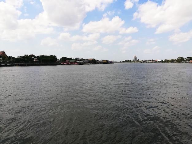 Bangkok thailandia 20 giugno 2021 vista di fronte al molo nel pomeriggio sul fiume chao phaya