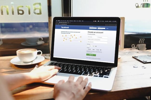 Bangkok. tailandia. giugno 29,2020 : donna con macbook e iphone con servizio di social network twitter sullo schermo. macbook e iphone sono stati creati e sviluppati da apple inc.