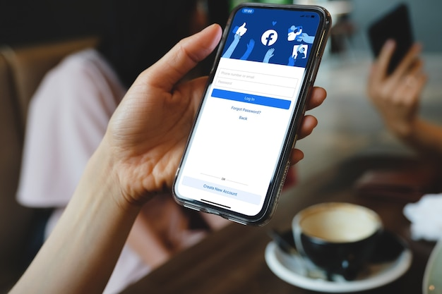 Bangkok. tailandia. marzo 1,2021logo dell'app social media di facebook all'accesso, pagina di registrazione dell'iscrizione sullo schermo dell'app mobile su dispositivi intelligenti iphone nella mano dell'uomo d'affari al lavoro