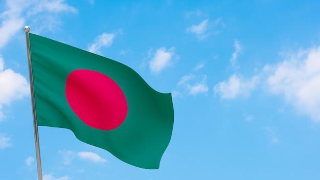 Bandiera del bangladesh in pole. cielo blu. bandiera nazionale del bangladesh