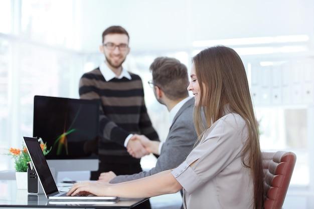 Impiegati di banca sul posto di lavoro in ufficio