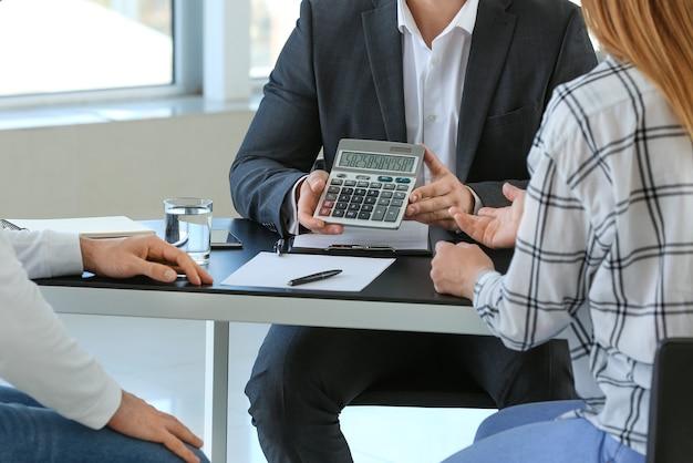 Direttore di banca che lavora con i clienti in ufficio