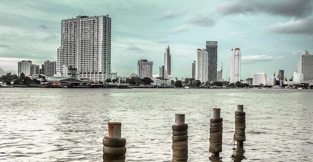 Banca del fiume a bangkok con sfondo di grattacielo in tonalità blu. pace e tranquillità a bangkok