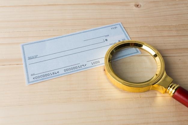 Assegno bancario con lente d'ingrandimento