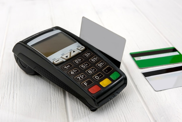 Terminale bancario con carta di credito sulla tavola di legno