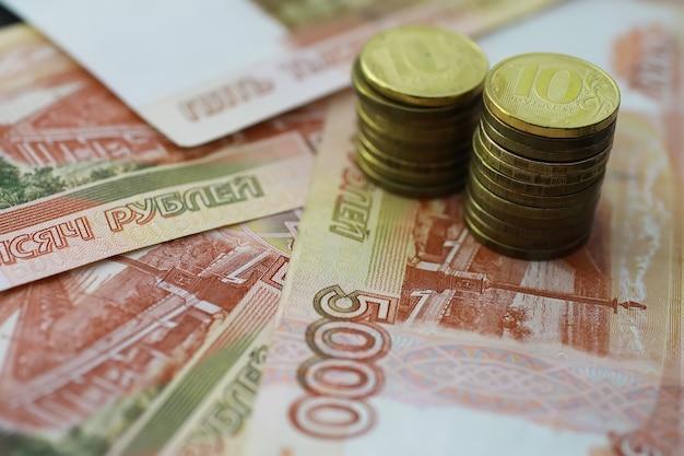 Banconota con l'iscrizione cinquemila rubli e monete da 5 e 10 rubli
